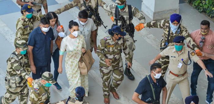 കറുത്ത കൊടിയും മുദ്രാവാക്യങ്ങളുമായി ശിവസേന; കങ്കണ മുംബൈയിലെത്തി