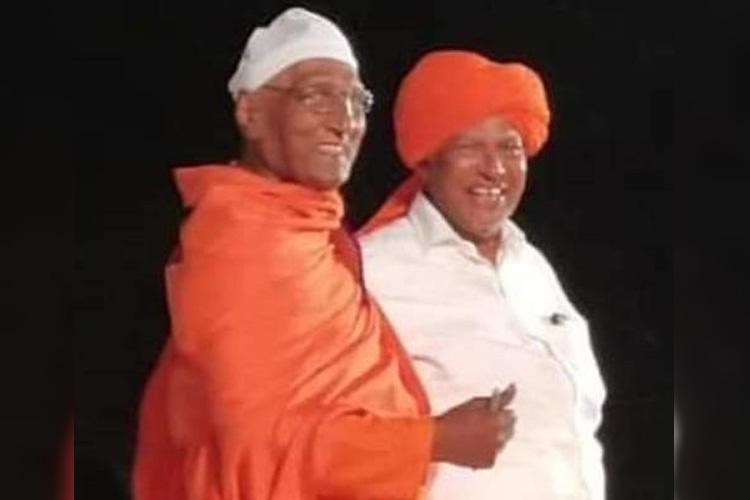 ഇതാ മതേതരത്വത്തിന്റെ തലപ്പാവ്; സ്വാമി അഗ്നിവേശ് അബ്ദുല് ഖാദര് മൗലവിയുടെ തൊപ്പി സ്വീകരിച്ചപ്പോള്