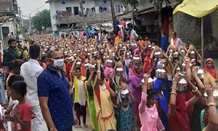 മാസ്ക്കും സാമൂഹിക അകലവുമെല്ലാം കടലാസില്; ഇന്ദോറില് സ്ത്രീകളെ പങ്കെടുപ്പിച്ച് ബിജെപി പ്രചരണറാലി
