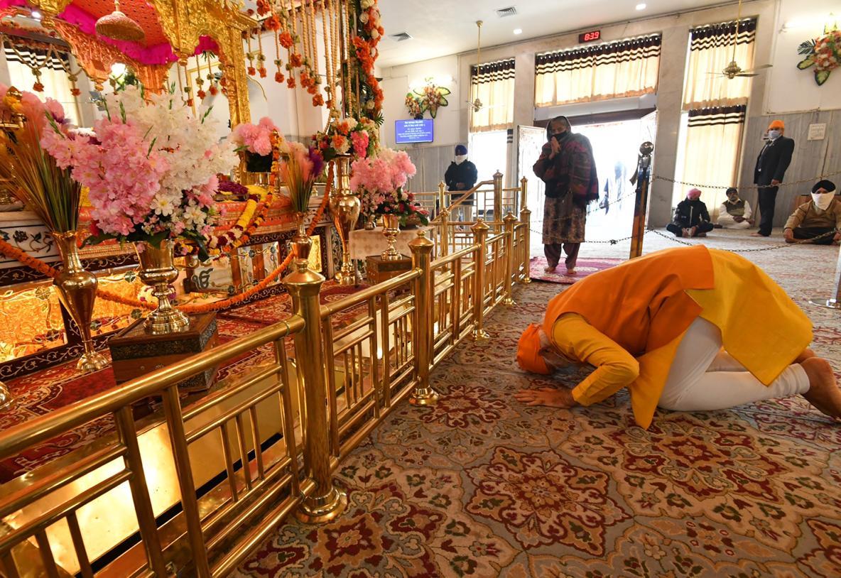 മോദിയുടെ ഗുരുദ്വാര സന്ദര്ശനം; 'അടുത്ത ഫോട്ടോഷൂട്ടിനായി' ഡല്ഹി അതിര്ത്തി സന്ദര്ശിക്കൂ എന്ന് സോഷ്യല് മീഡിയ