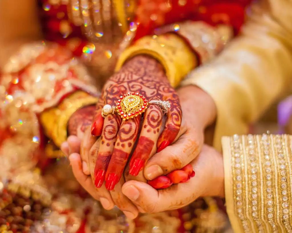 വിവാഹം ഏപ്രില് 24 ന്, പങ്കെടുക്കാന് കോവിഡ് നെഗറ്റീവ് സര്ട്ടിഫിക്കറ്റ് നിര്ബന്ധം; ക്ഷണക്കത്തുമായി ദമ്പതികള്