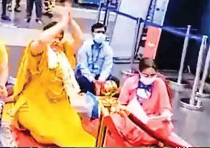 കോവിഡിനെ തുരത്താന് വിമാനത്താവളത്തില് പൂജയുമായി ബിജെപി മന്ത്രി- വിഡിയോ